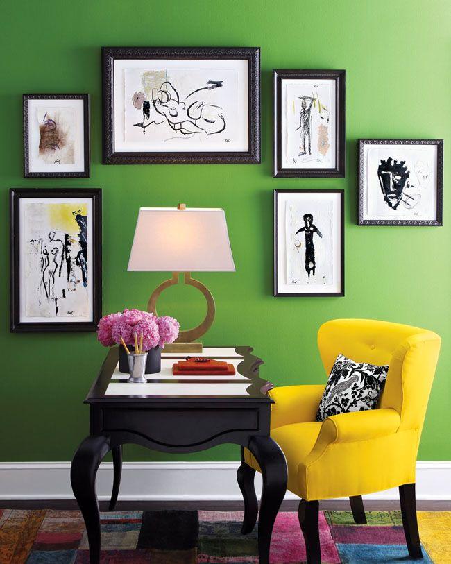 Желтое кресло в зеленом интерьере