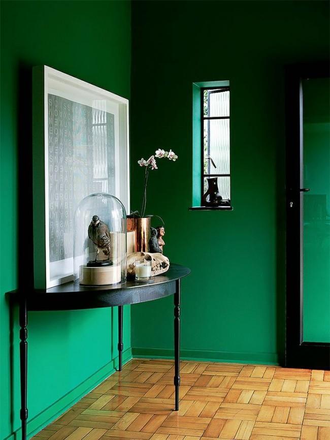 Черный в сочетании с зеленым выглядит строго и подойдет не для всех