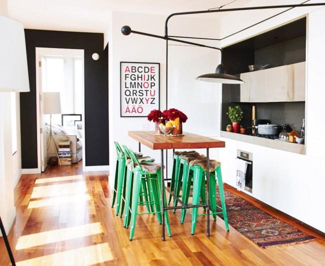 Стильная белая кухня с зелеными стульями