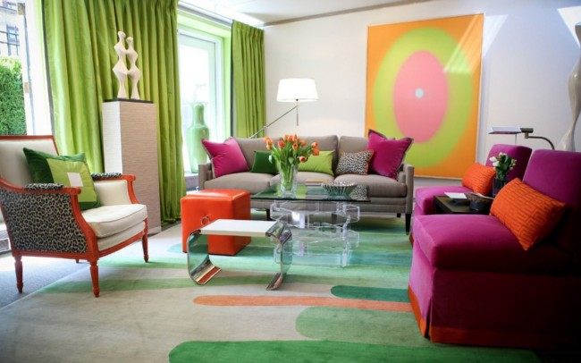Зеленые шторы и оранжевые предметы интерьера в светлой гостинной