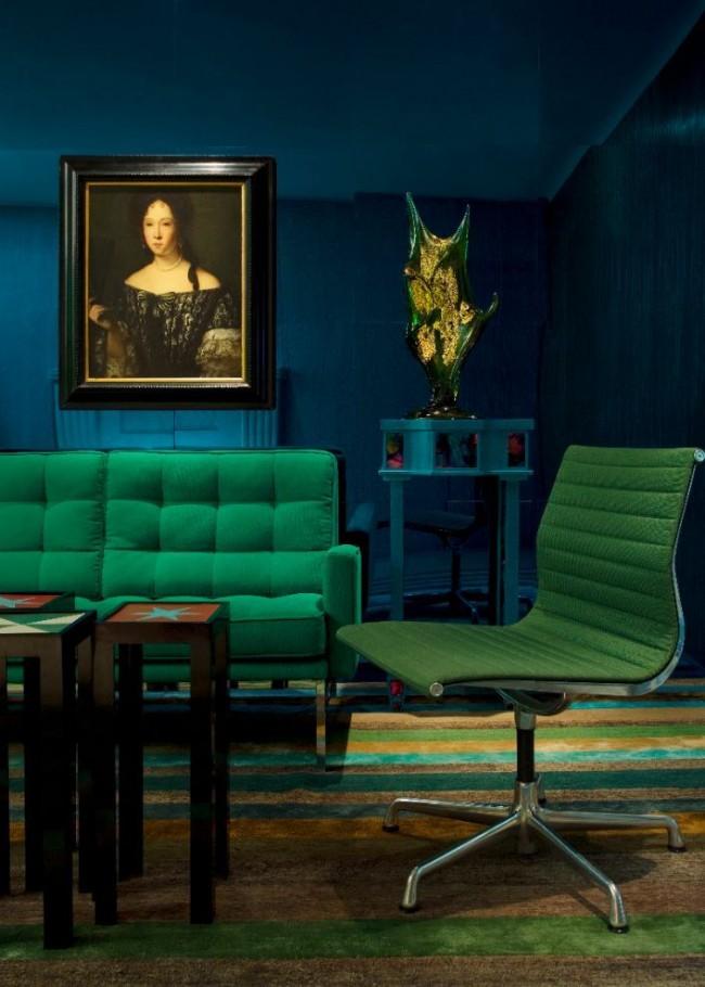 Зеленая мебель на фоне темно-синих стен