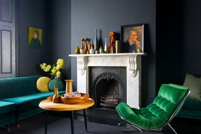 Зеленая мебель в темно-серой гостинной