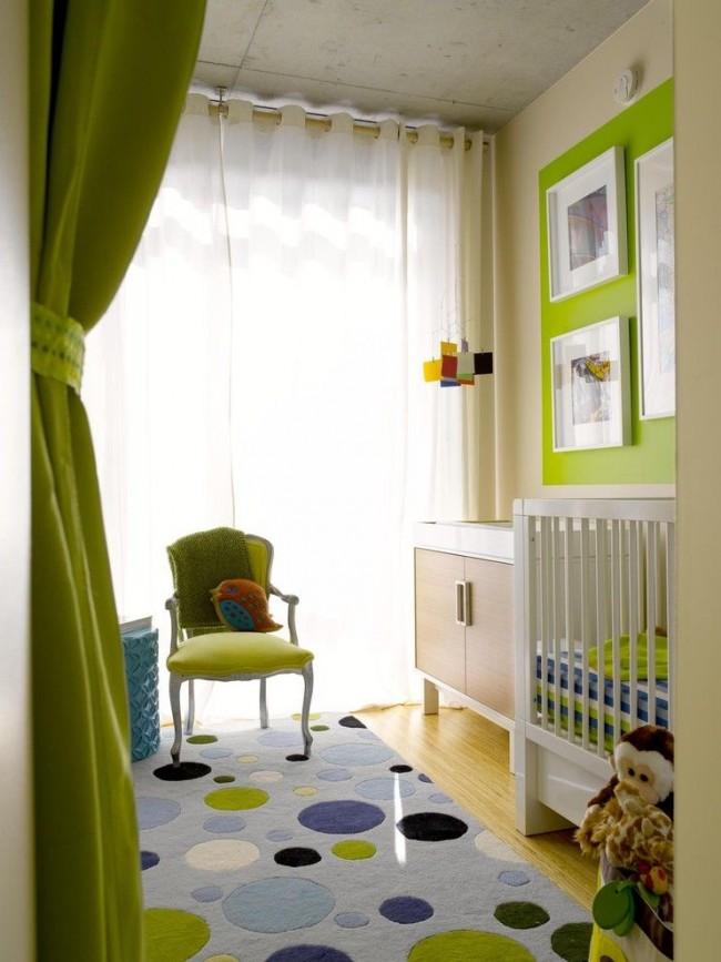 Элементы мебели и декора зеленого цвета в детской спальне молочного цвета