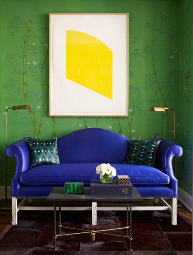 Синий диван в сочетании с зелеными стенами