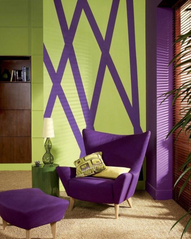 Фиолетовые полосы на зеленых стенах дополняет фиолетовая мебель