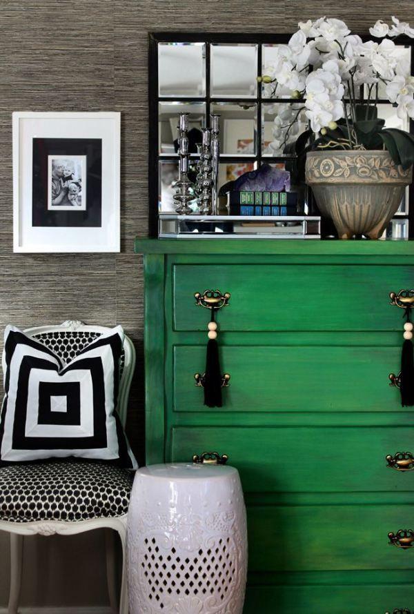 Сочетание зеленой мебели и серого интерьера выглядит спокойно и красиво