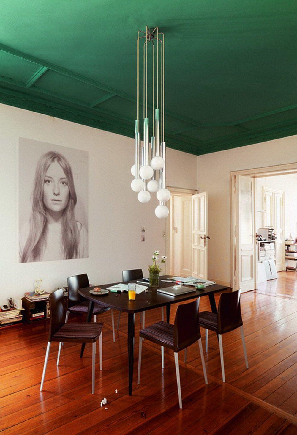 Интересное сочетание зеленого потолка с белыми стенами и коричневым паркетом