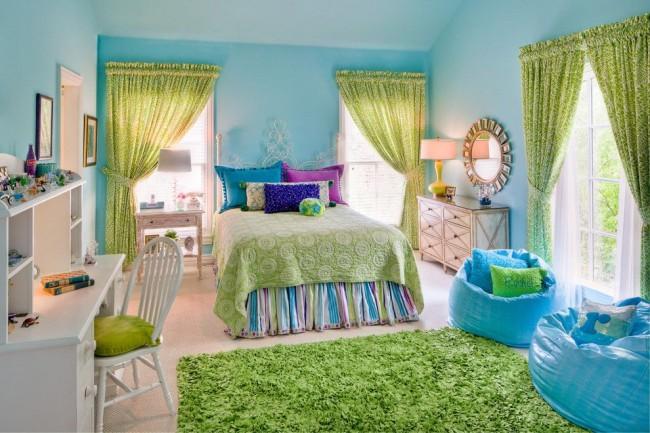 Детская комната нежно-голубого цвета с зелеными шторами, ковром и покрывалом
