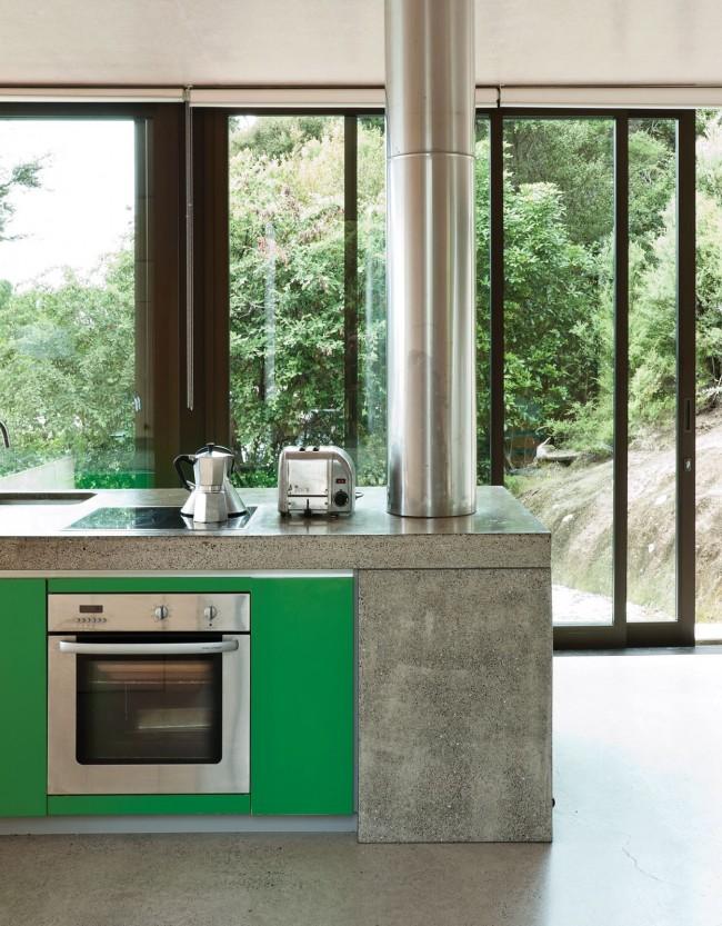 Зеленый вместе с цветом серого гранита и кухонной техники стального цвета выглядят модно и красиво