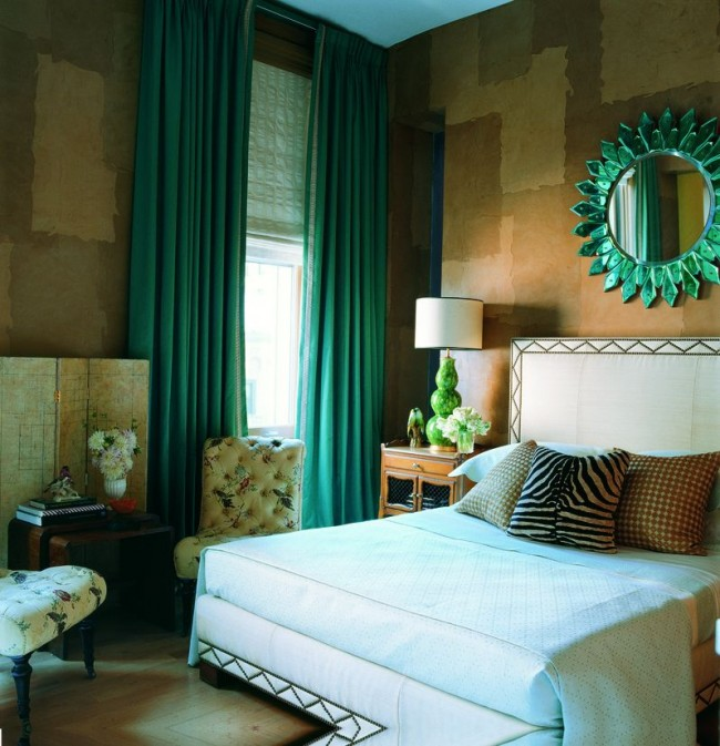 Высокие потолки и оригинальные предметы декора в маленькой спальной комнате