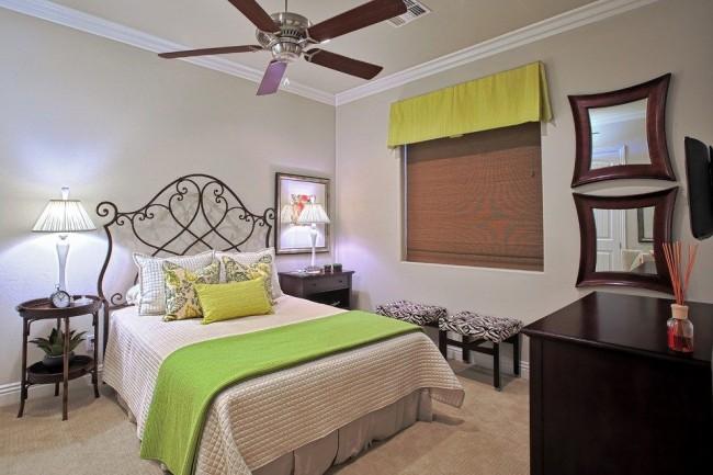 Кованная кровать в небольших комнатах визуально увеличит площадь