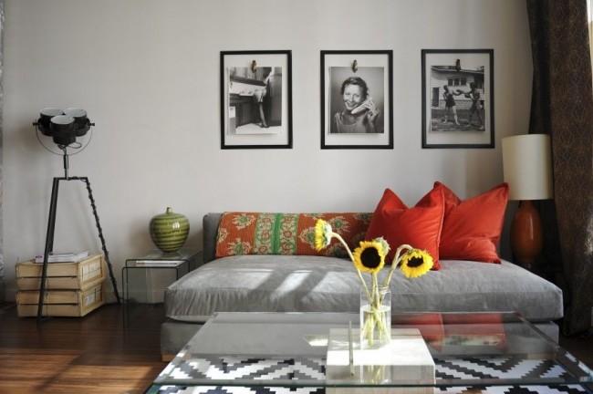 Вместо картин на стене можно разместить большие черно - белые фото