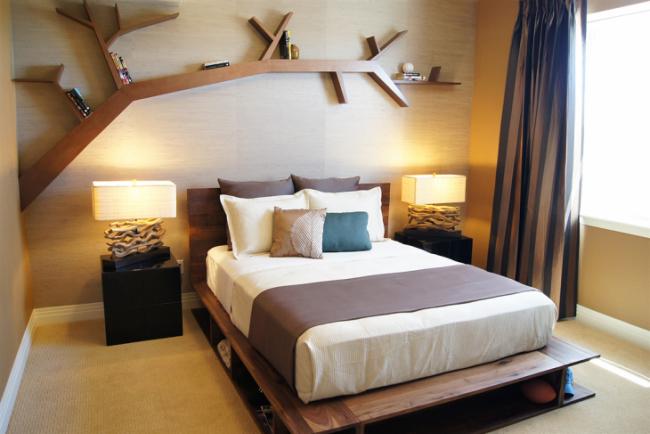 Выдвижные ящики можно заменить полочками в деревянном каркасе кровати