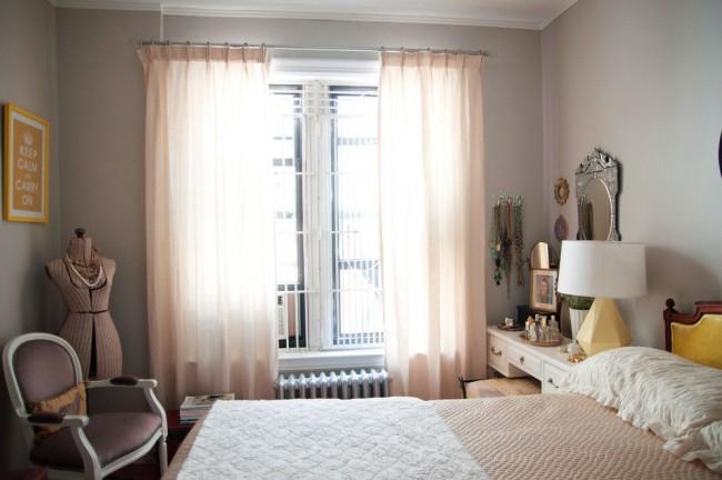 Нежно-розовые оттенки увеличивают и осветляют небольшую спальню