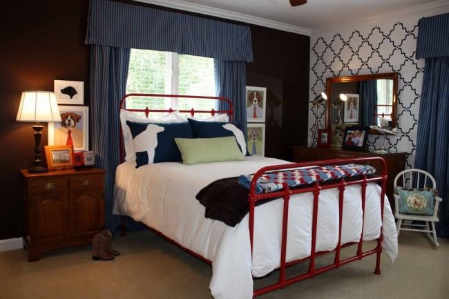 Старую железную кровать можно обновить ярким цветом, придав ей оригинальности