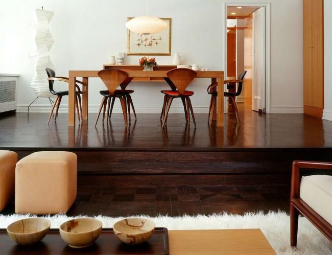 Насыщенный темно-коричневый паркет в сочетании с рыже-белой мебелью