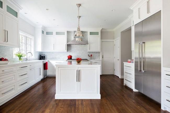 Красивый коричневый паркет добавляет дороговизны белой кухне