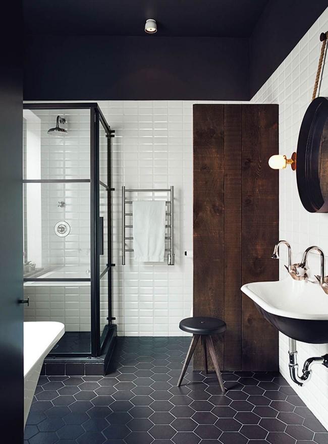 Черный кафельный пол в ванной комнате - это интересный и необычный вариант
