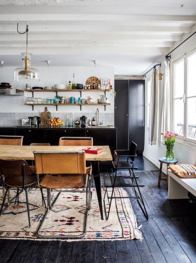 Серо-черная паркетная доска дополняет творческий потенциал кухни