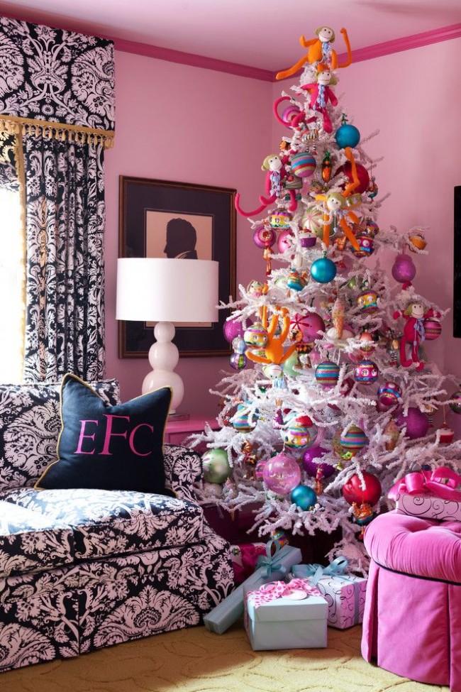 Белая ёлочка в комнате девочки, украшенная яркими игрушками