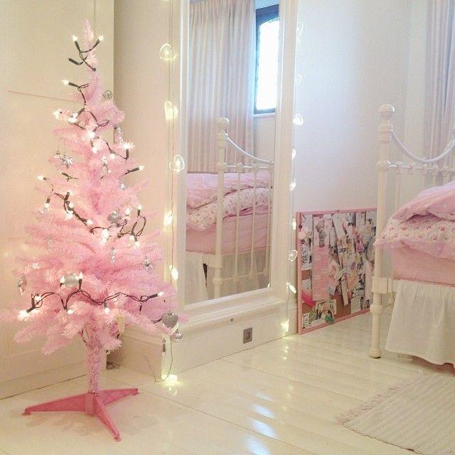 Светлую комнату в белых тонах дополнит нежно-розовая ёлочка