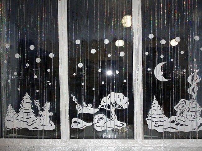 Украшение окна из вырезных трафаретов и дождика