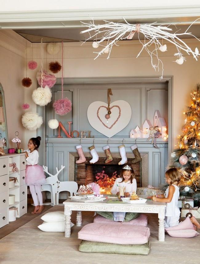 Большая детская комната украшенная новогодними декорациями