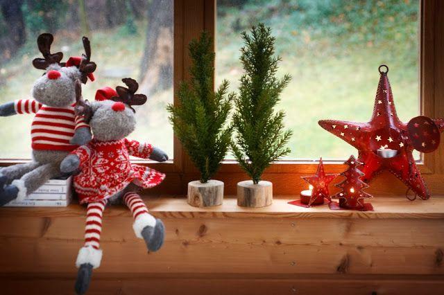С помощью маленьких символичных игрушек можно украсить подоконник