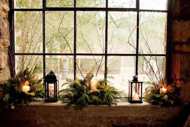 Свечи в еловых веточках смотрятся очень романтично и рпазднично
