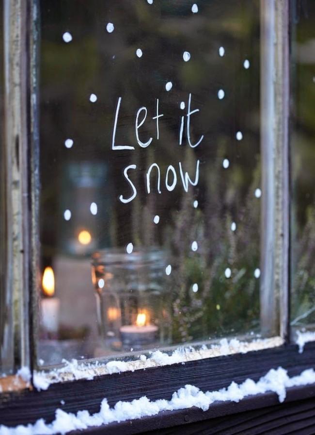 Праздничная атмосфера присутствует даже с таким легким и незамысловатым рисунком на окне