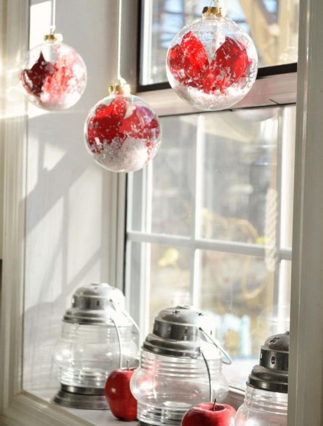 Необычное решение в прозрачный шар поместить немного красной ленты и что-то имитирующее снег