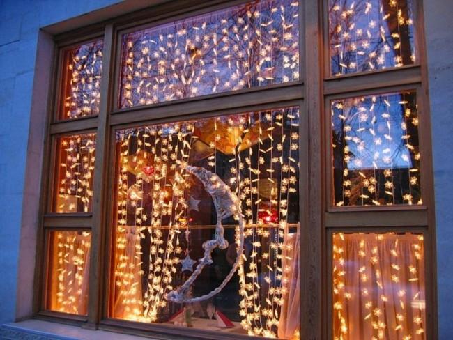 Гирлянда в виде шторки на все окно добавит праздничного настроения