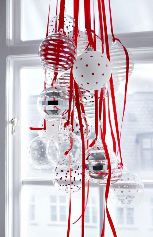 Пучок из шариков а на ленточках символичного цвета наступающего год