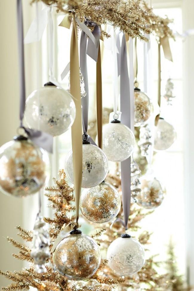 Новогодние шары на ленточках, подвязанные на ветку ели