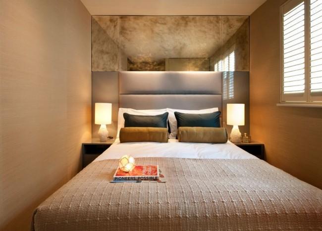 Кровать, расположенная вдоль комнаты