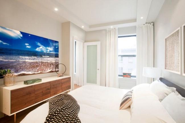 Фотообои - одно из выигрышных вариантов для узкой спальни