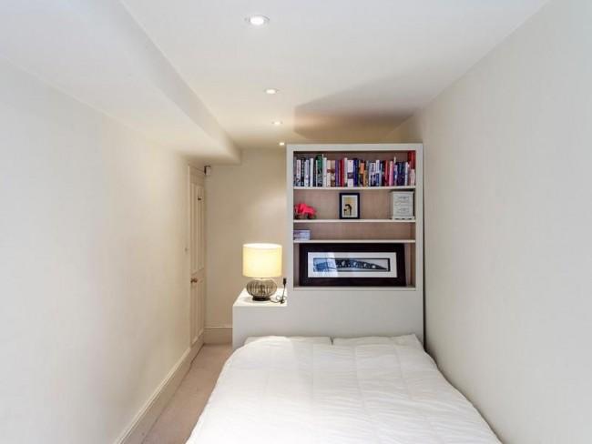 Ещё один вариант полочек в узкой спальне - это небольшой открытый шкаф