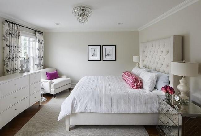 Мебель расположена с некоторым изгибом, визуально округляя комнату