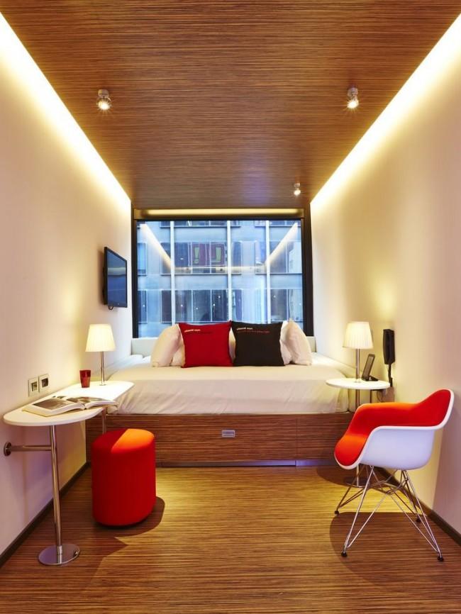 В небольшой комнате - минимум мебели