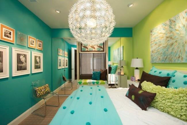 Зеркальный шкаф на всю стену и огромная люстра придадут спальне больше света и уюта