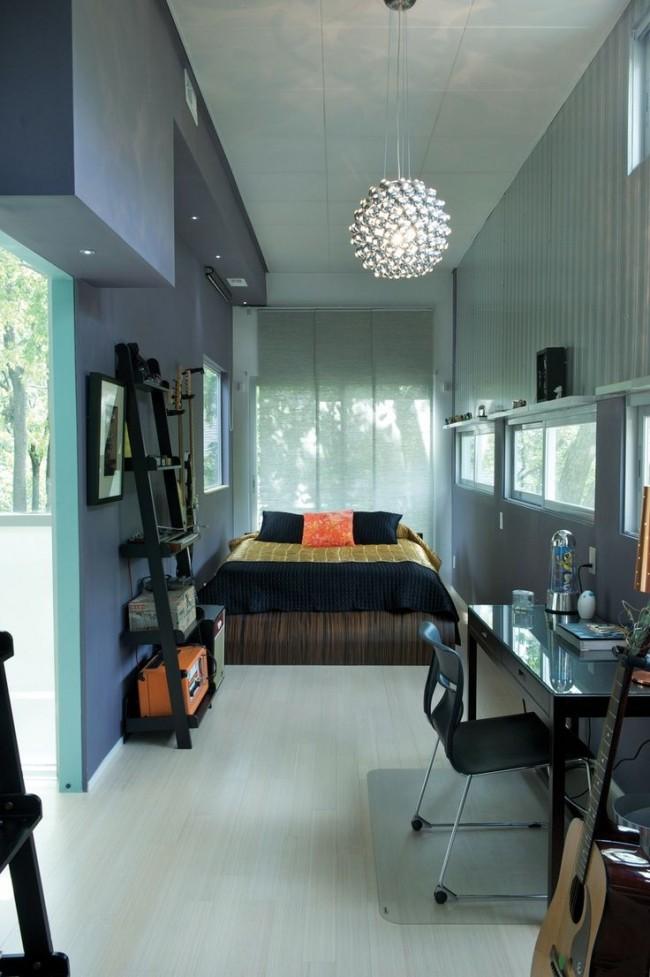 В такой комнате не составит труда отделить рабочую зону от спальной