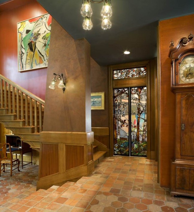 Правильно подобранные по цвету и прозрачности витражные двери сделают холл светлее и уютнее