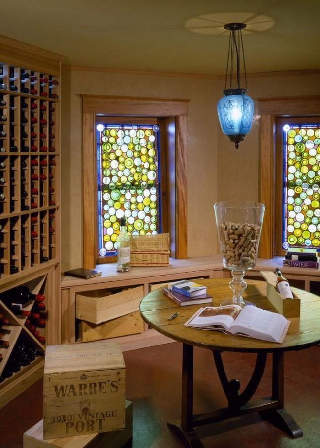 Окно в виде узкого светового пояса посередине стены как бы расширяет небольшое помещение и в достаточной мере пропускает солнечный свет