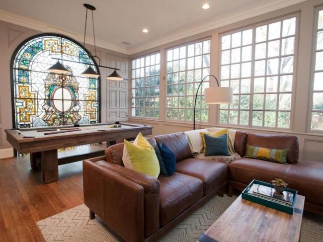 Окно с витражами в виде сплошного светового пояса иллюзорно увеличивает высоту помещения