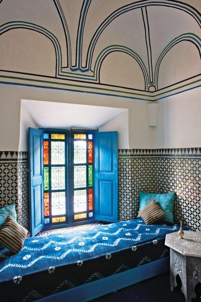 Комната в восточном стиле с витражным окном