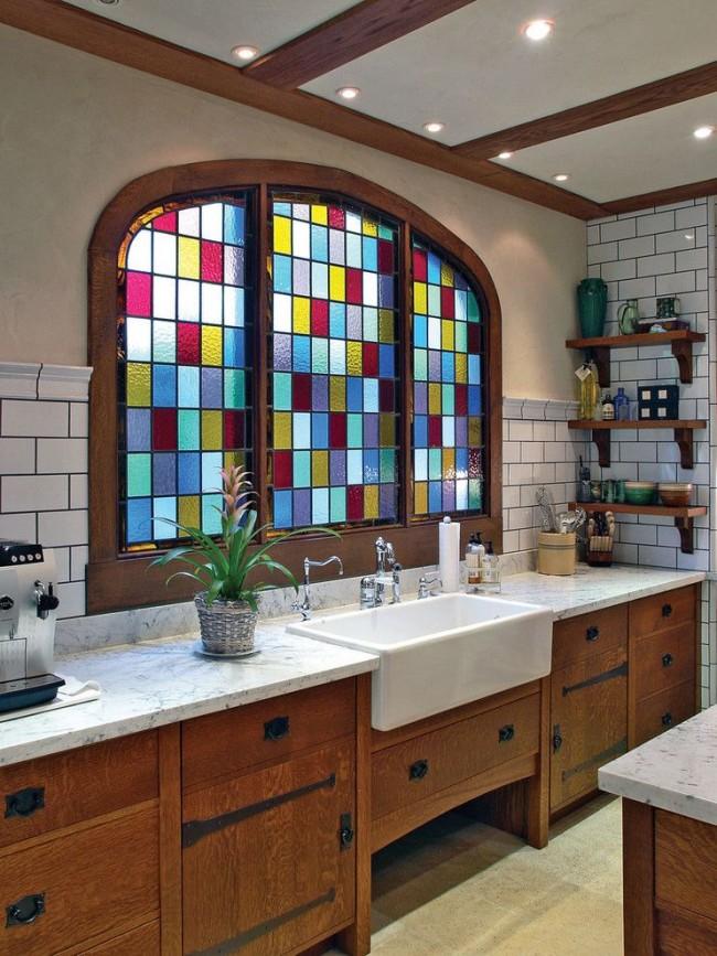 Витражное окно в ванной в виде мозаики