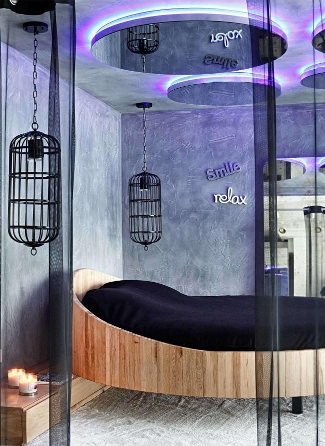 Спальня с круглыми зеркалами на потолке