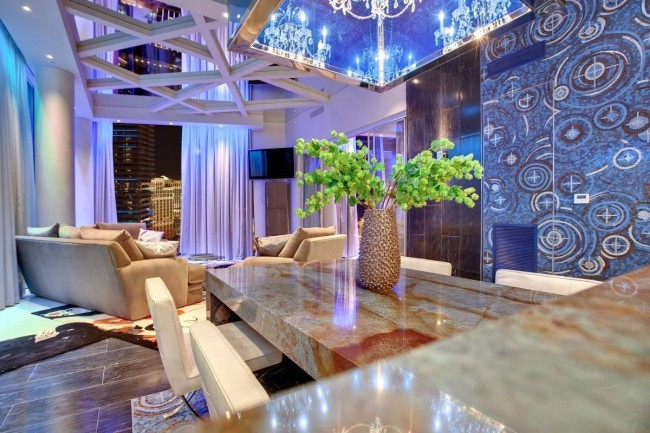 Современная гостиная со стеклянным зеркальным потолком