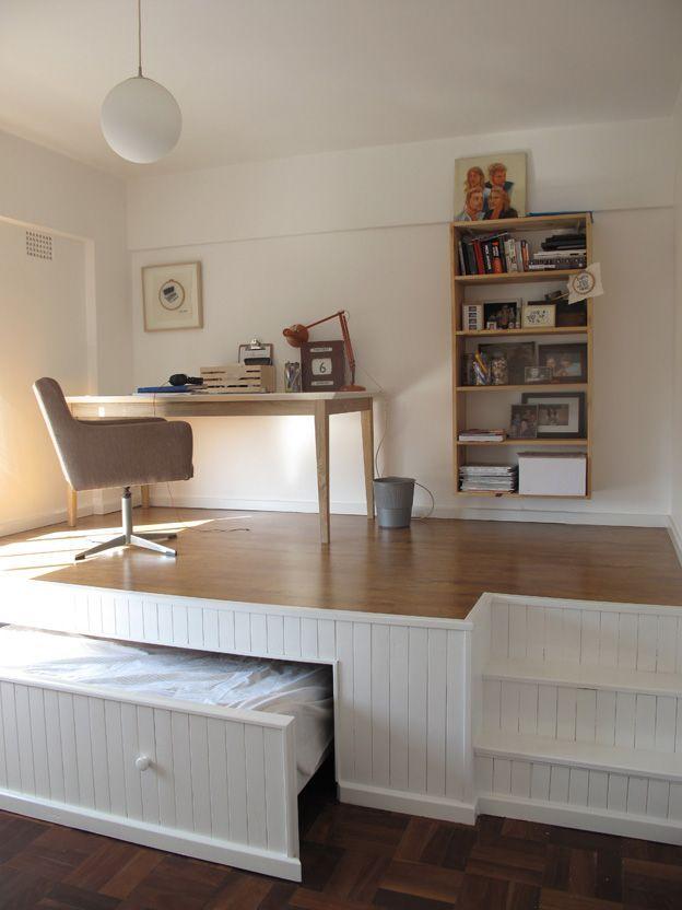 Подобный подиум с местом для хранения не столько создан для красоты, сколько для удобства