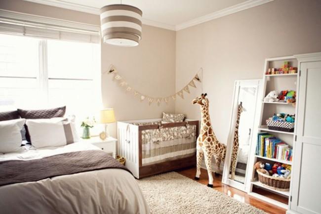 Размещение детской кроватки рядом с родительской подойдет для самых маленьких